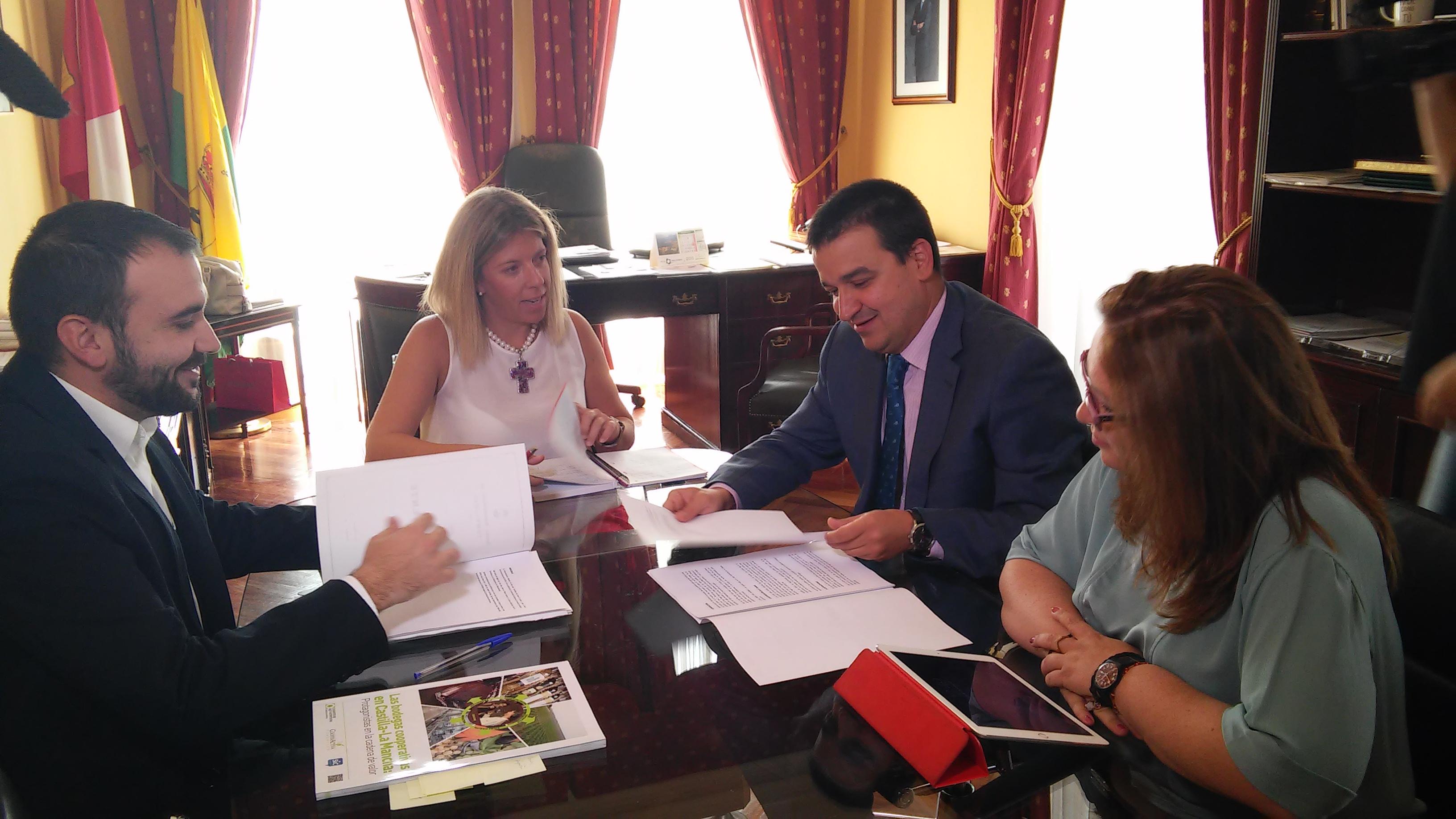 La alcaldesa de Tomelloso pide al consejero de Agricultura la potenciación del Iriaf