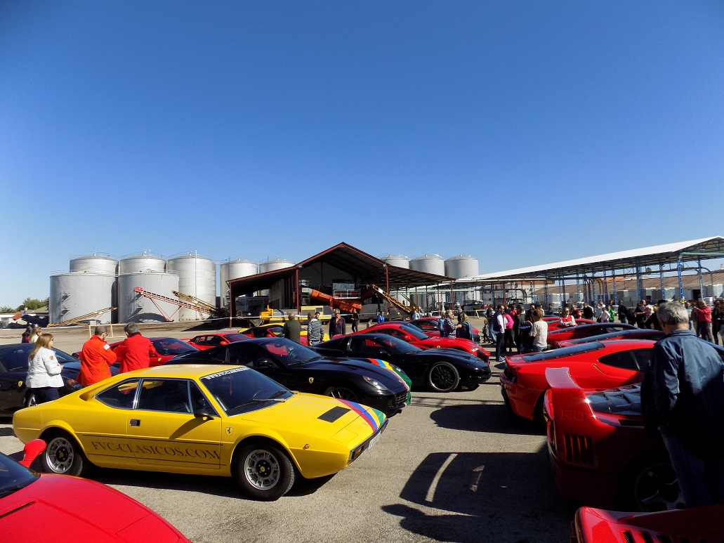 Numeroso público en la concentración de Ferrari en la Cooperativa Cristo de la Vega de Socuéllamos