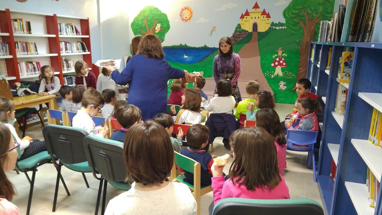 Gran éxito del taller de la biblioteca municipal de Socuéllamos 'Cuentos con pan y chocolate', cuya primera sesión el pasado viernes contó con unos 35 niños