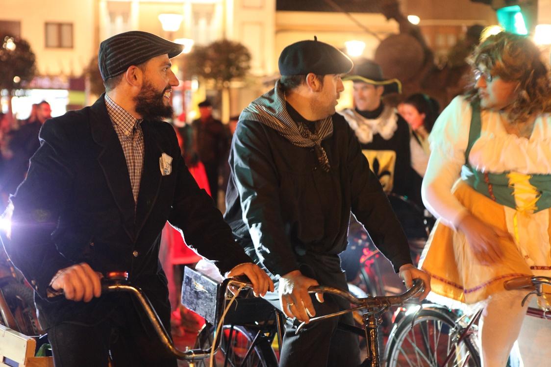 Más de un centenar de personas participaron en la primera edición de la Ciclalgata carnavalera en Alcázar