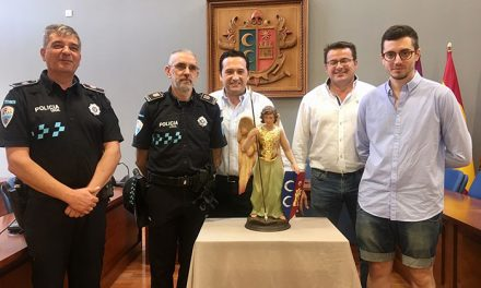 El Ayuntamiento regala a la Policía Local una imagen de un 'Ángel Custodio' con motivo de la festividad de su patrón
