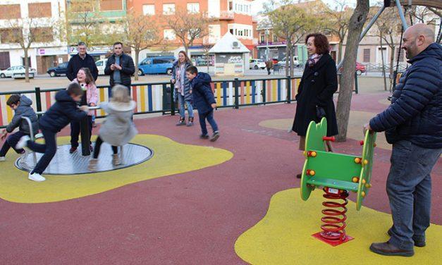 El Ayuntamiento finaliza la instalación de un nuevo carrusel inclusivo en el parque infantil del Arenal