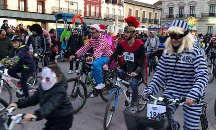 Los disfraces de Carnaval se suben a la bicicleta en la Ciclalgata