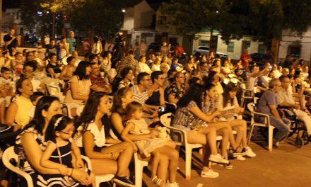 """El Santo vivió sus fiestas de barrio pregonadas este año por el """"teatrero"""" Paco Guerrero y sus personajes"""
