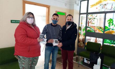 El Ayuntamiento de Herencia entrega 34 medidores de CO2 entre los centros educativos del municipio