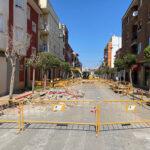 La Calle General Benavent García cortada al tráfico por obras para realizar una remodelación y mejora de las instalaciones y acerado